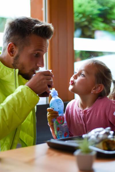 Otec s dcerou v bistru